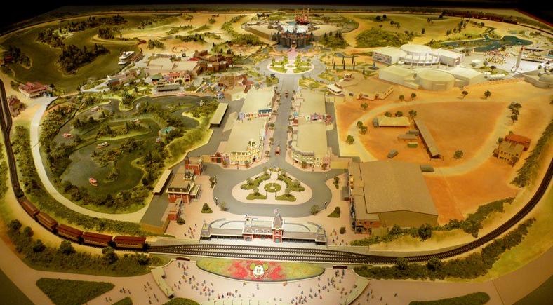 Maquette du parc Disneyland en Californie créée par les imagineers, on y voit les différents lands, et le chateau